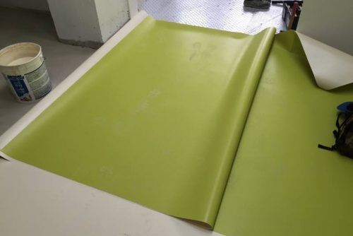 Taglio e incollaggio pavimento in PVC
