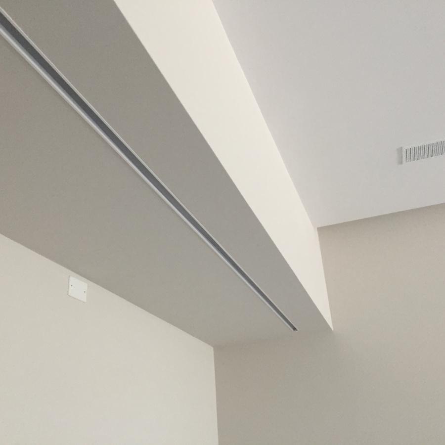 Inserimento di linea LED nel controsoffitto in cartongesso.