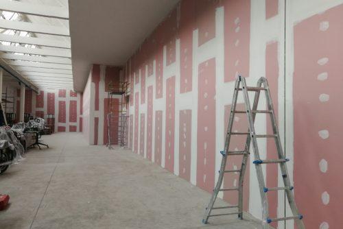 Fasi della stuccatura e particolare del giunto strutturale verticale.